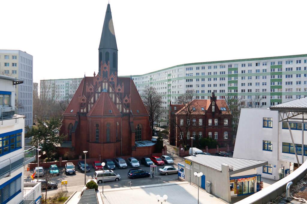 Kirche vor Plattenbau